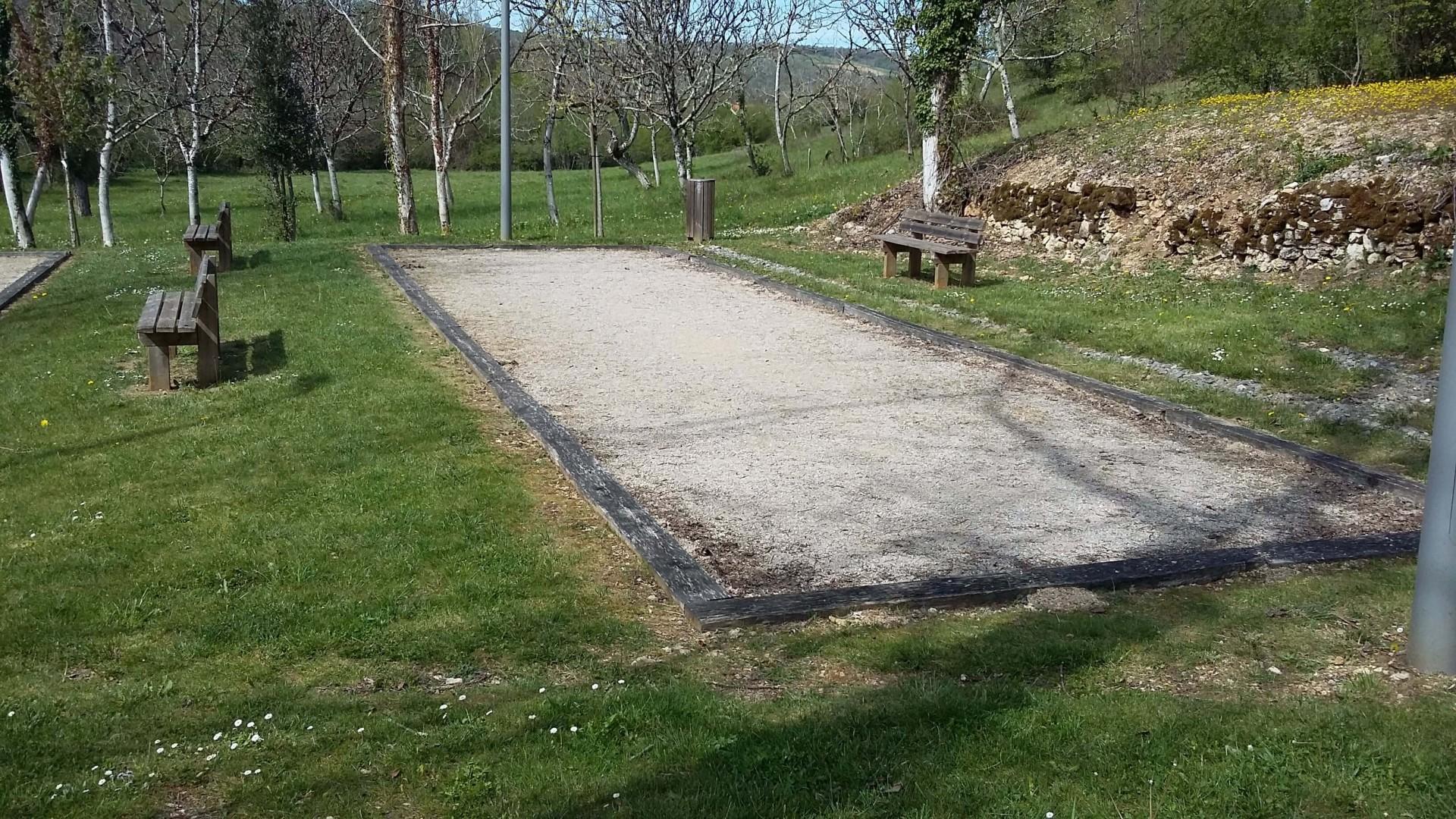 Terrain de pétanque à côté de l'église